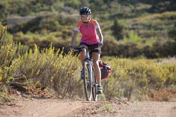 Spanien, Ibiza, Frau Fahrrad fahren