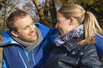 Deutschland, Berlin, Wandlitz, Paar schaut sich an