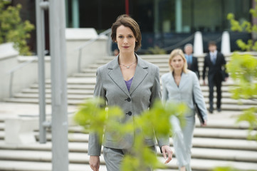 Deutschland, Hamburg, Geschäftsfrau mit Business-Menschen im Hintergrund