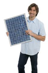 Mann hält Solarpanel