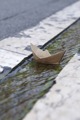 Frankreich, Papierboot schwimmt