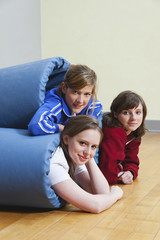 Deutschland, Berlin, Mädchen haben sich in Turnmatten gewickelt