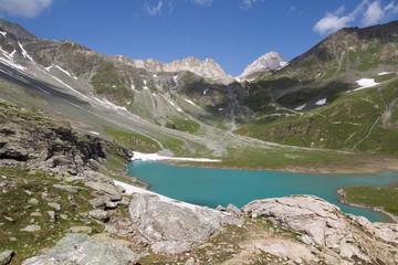 Lac blanc entouré de rochers et sommets