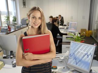 Junge Mitarbeiterin im Büro