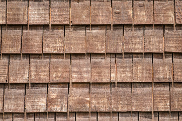 Hintergrund aus Schindeln mit Holz