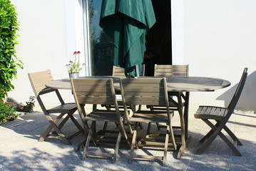 salon de jardin en bois sur terrasse