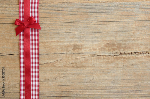 Hintergrund - kariertes Band mit Schleife auf Holz