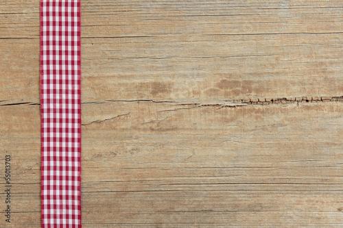 Hintergrund - kariertes Band auf Holz