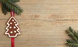 Lebkuchenbaum mit Tannengrün auf Holz
