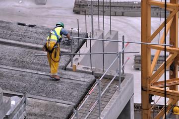 Ouvrier de la construction effectuant un travail de précision