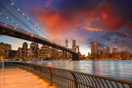 Fototapeta Brooklyn Bridge Park, New York City. Spectacular sunset view of