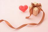 プレゼントとハートのオブジェ