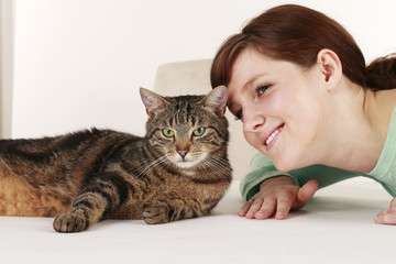 Junge Frau mit Hauskatze - young woman with domestic cat