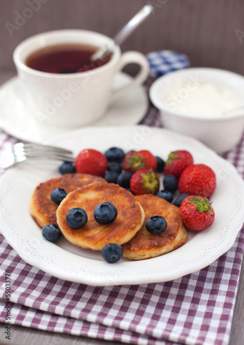 Foto op Canvas Chocolade Cheese pancakes with fresh berries