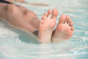 Pieds d'un enfant à la piscine
