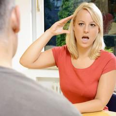 Gehörlose Frau kommuniziert in Gebärdensprache
