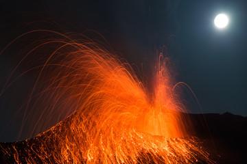 Vollmond und Vulkanausbruch. Eruption bei Nacht