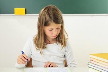 Schülerin schreibt Aufsatz