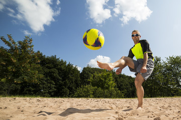 Fußballer beim Beach Soccer