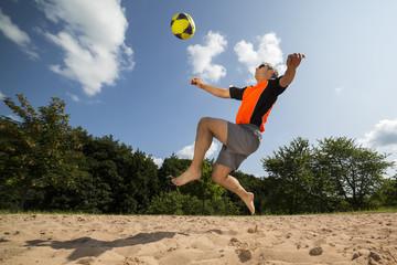 Fußballer beim Beachsoccer