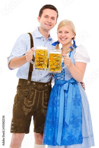 Paar in bayerischer Tracht mit Bierkrügen - 55062536