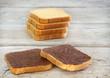 Fette biscottate con crema al cioccolato.