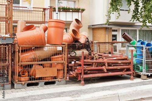 Baumaterial und Rohre am Strassenrand auf einer Baustelle