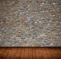 Innenraum mit Steinmauer