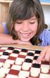 Mädchen spielt Dame