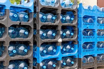 Wassergallonen in einem Regal