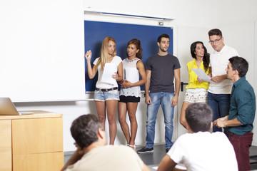 Studenten bei einer Präsentation