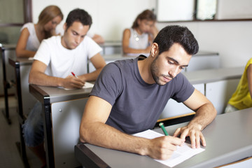 Gutaussehender Student bei einer Prüfung
