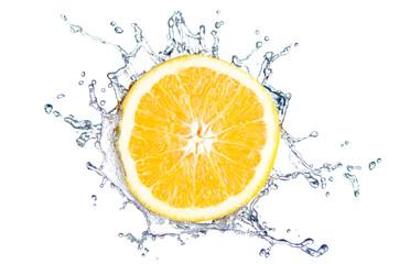 Orange Splash vor weiß