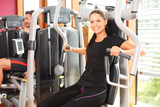 Frau beim Muskeltraining