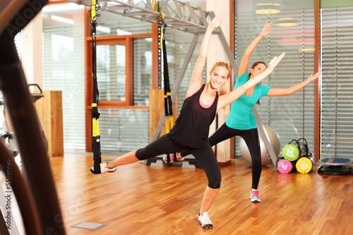 Zwei hübsche Frauen im Fitnessstudio