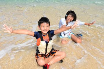 南国沖縄の海で遊ぶ子供たち