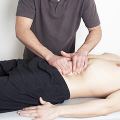 Physiotherapeut arbeitet
