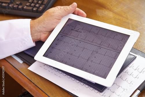 EKG auf Tablet Computer beim Arzt