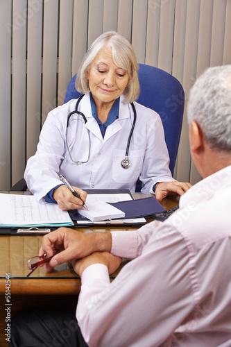 Ärztin in ihrer Praxis bei der Sprechstunde