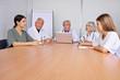 Viele Ärzte als Team am Tisch