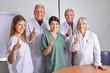 Ärzte-Team hält Daumen hoch