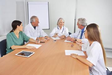 Ärzte im Team beim Meeting