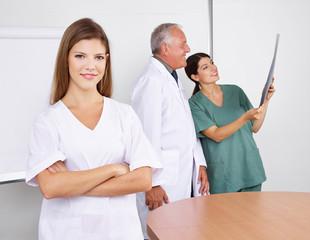 Krankenschwester im Team im Krankenhaus