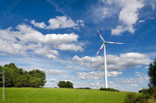 Windenergie Windrad in idyllischer Landschaft - Wind Power