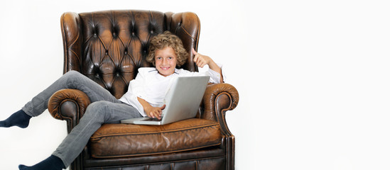 Kleiner Junge mit Laptop