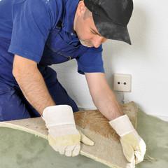 Handwerker entfernt Teppich