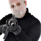 Mann mit Hockey-Maske zielt mit Gewehr