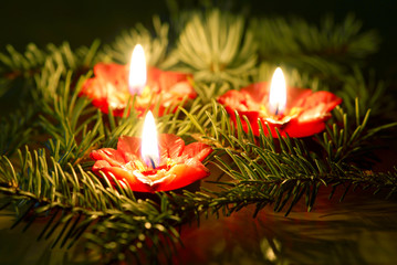 brennende Kerzen auf Tannenzweig