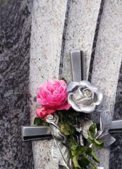Grabstein mit Rose an Allerheiligen