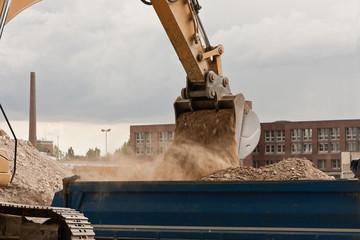Mächtig viel Staub beim Verladen von Erde und Bauschutt